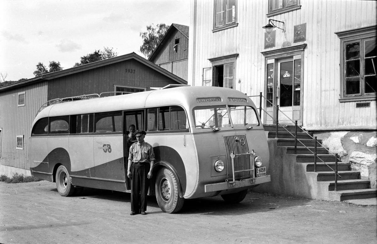 Gausdal Bilselskaps buss E-6058 på sin første tur - stopp ved Wold-butikken på Linjordet - sjåfør Arne Haugeng. Volvo B512 1946-modell med HØKA-karosseri