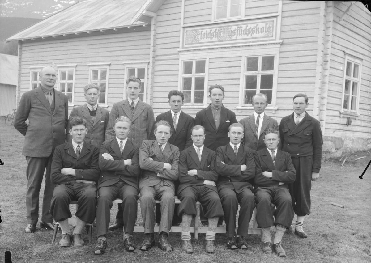 Elever og lærer ved Hjerleidske husflidsskole, Mosjordet