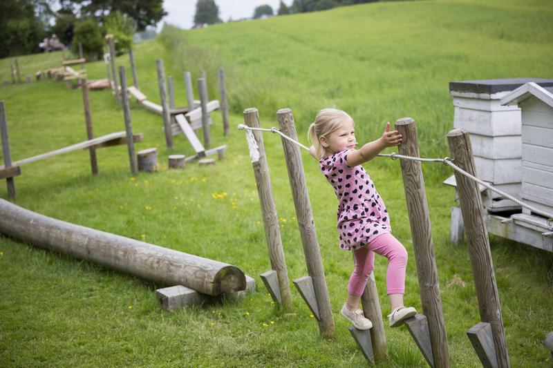 Barn i hinderløypa på Gamle Hvam