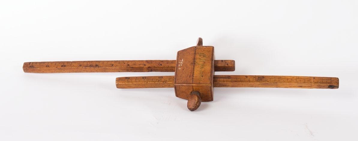 Strekmål. Vektøy for oppmerking av streker parallelt med kanten på arbeisstykket. Består av to paralelle pinner stukket gjennom en føringskloss. Låses med to treskruer.