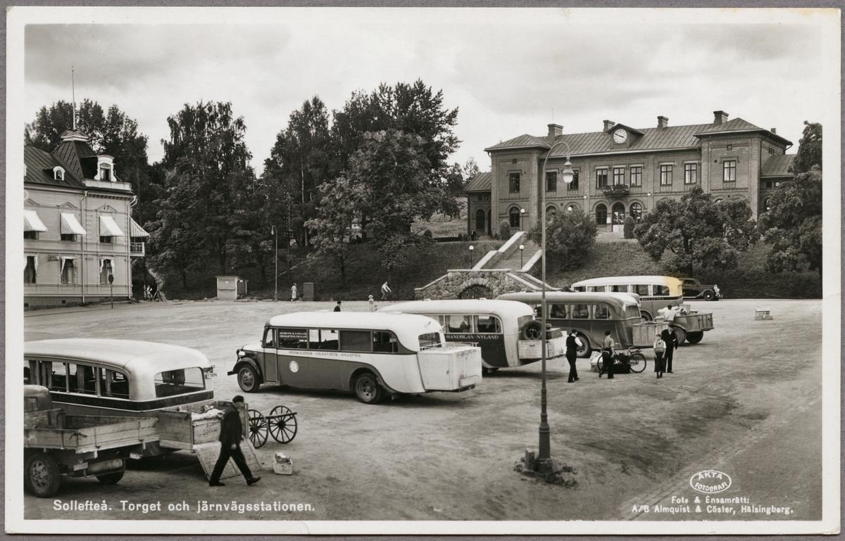 Parkerade bussar vid station.