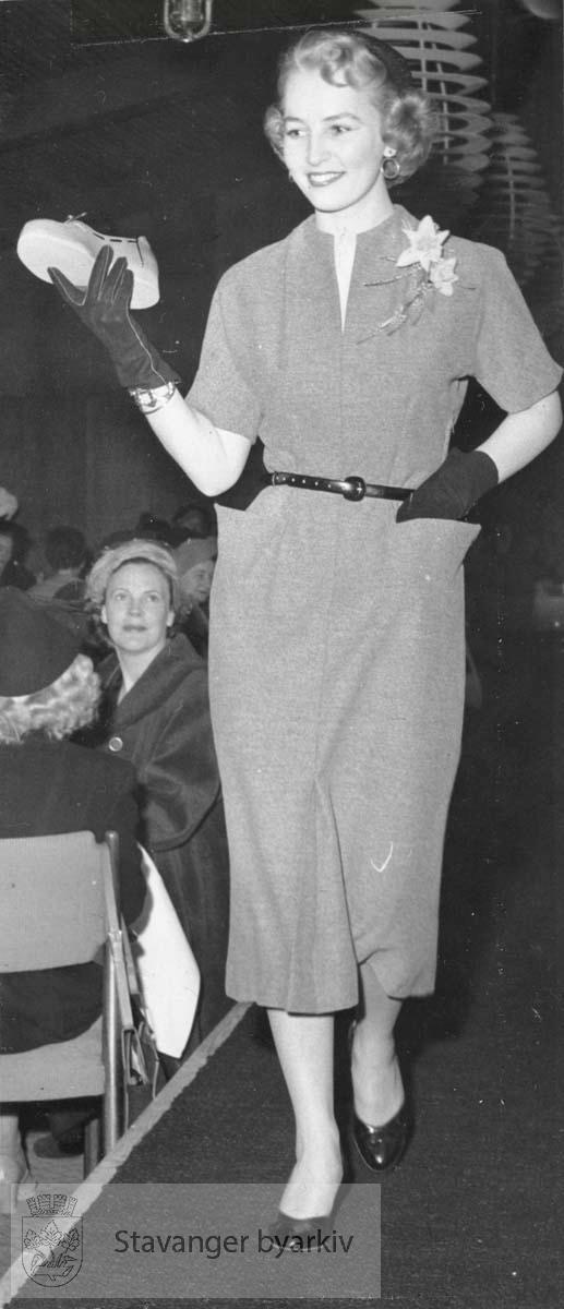 Manequin viser kjolemote. Kjole, belte, sko. Bildet er tatt uta avisutklippsbok fra PA293 Utskilt fra PA293.