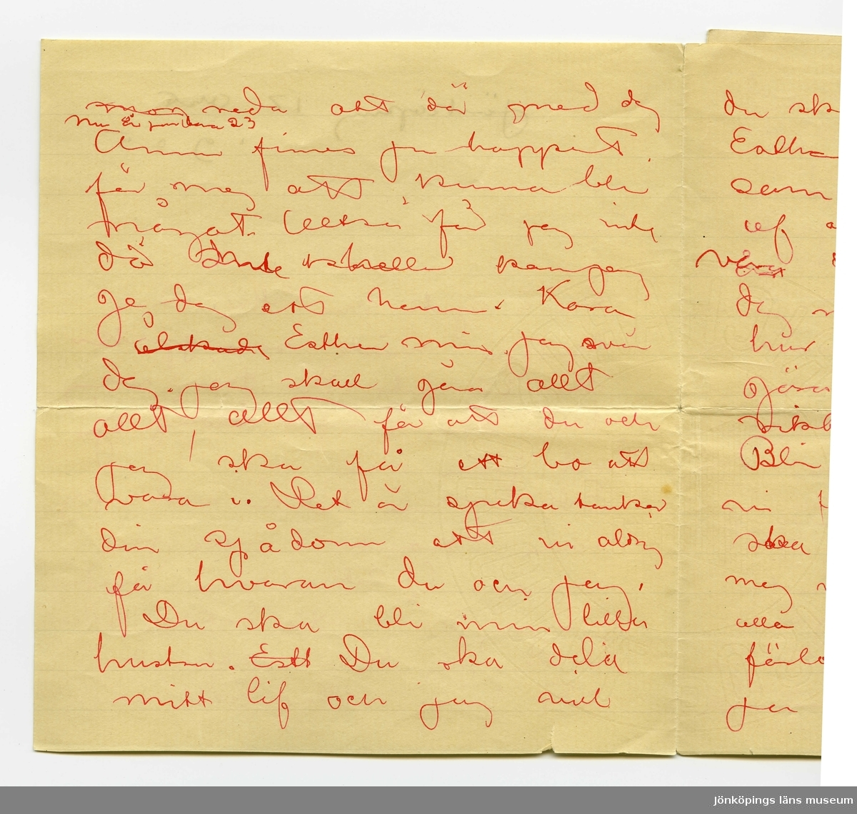Brev 1905-10-17 från John Bauer till Ester Ellqvist, bestående av sju sidor skrivna på bägge sidor av två vikta pappersark. Huvudsaklig skrift handskriven med rött bläck, ort och datum i svart. Brevet saknar underskrift. Handstilen tyder på John Bauer som avsändare. . BREVAVSKRIFT: . [Sida 1] Jönköping 17 okt. 1905. Kära Du ä sjuk min Esther. Dina tankar måste vara sjuka du få inte dö från mej hör du. Du få aldrig gå bort från mej Esther mina 30 år ville jag vara. konstnär ville jag vara. O Esther min. hvarför är jag då inte detta. Då hade jag kunna gifva dej ett hem eller ock vara . [Sida 2] [överstruket: m-n] redo att dö med dej [inskrivet: nu är [?] bara 23] Änn finns ju hoppet för mej att kunna bli något. Altså får jag inte då [överstruket: 2 oläsliga ord] kan jag ge dej ett hem. Kara [överstruket: älskade] Esther min. Jag svär dej. Jag skall gör allt allt, allt för att du och  jag ska få ett bo att vara i. Det ä sjuka tankar din spådom att vi aldrig få hvaran du och jag. Du ska bli min lilla hustru. [överstruket: Esth] Du ska dela mitt lif och jag vill . [Sida 3] du ska bli lycklig Kara Esther hvarför skall jag som vill din lycka nest af alla människor, [överstruket: jag] [överskrivet: är] vara den människa som gör  dej mest sorg. Men Esther hur vill du nu jag skall göra om du ska bli riktigt riktigt lycklig. Blir du lyckligare om vi förlofva oss. Manniskorna ska beklaga dej och tycka mej vara galen som utan alla existensmedel går och förlofvar mej och det är ju ändå för människorna . [Sida 4] vi förlofva oss. Gifta oss inför människorna kunna vi andå inte utan pängar mycke mindre lefva gifta. Esther min jag gör dej lessen igen. Vi ska ju kunna gifta oss det är bara Nu vi inte kunna det. Jag vill du skall vara glad Vi ega ju hvarandra redan vi skola alltid ega  hvarandra. Hvad är det du fruktar att mista mej? Esther. När jag får rättighet att komma till dej, när jag [överstruket: kan ge/be]  . [Sida 5] har ett bo, att be dej dela, ett litet litet och enkelt och