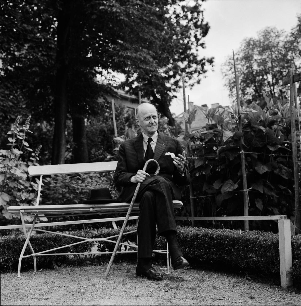 """Linnéträdgården - """"en av vår tids lärdaste Linnékännare är förste bibliotekarien fil. dr. Arvid Hj. Uggla"""", Uppsala"""
