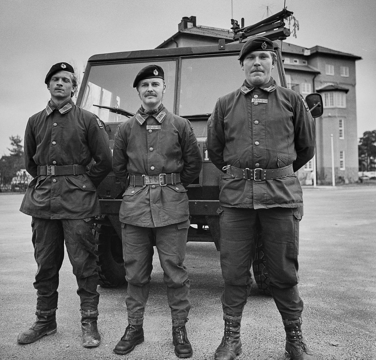 Plutonchefen Kapten Mats Kjäll i mitten, th stf chef fänrik Jan-Olof Säll. Löjtnanten tv är namnet okänt.