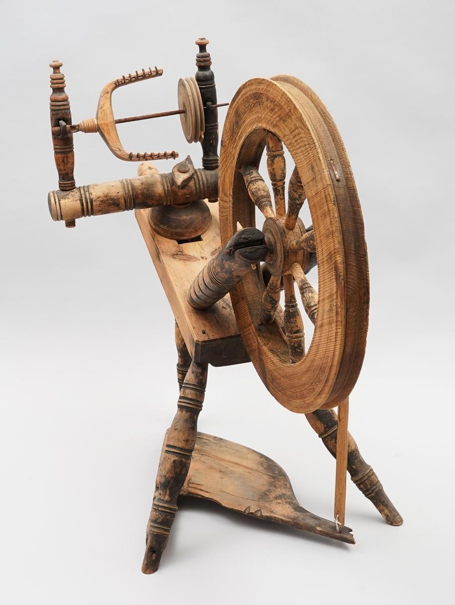 Hjulrokk med skrått, enkelt bryst. Åtte spilar i hjulet. Tre bein. Trøe. Ein tein er sett mellom jomfruane, og ein tein er hengt på. Mange delar er dreia.