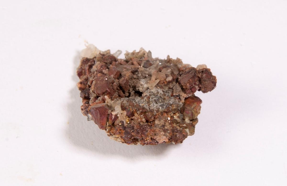 Pyritt med rustbrun hinne. Små krystaller av kvarts.  Else stoll, 90 m.