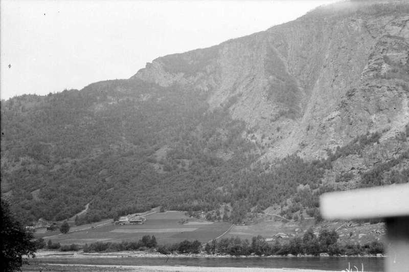 Nord-Fron. Utsikt nordover fra et sted litt sør for oppkjøringa til Gardvegen i Kvam. Garden Holmen (Hølmen) ligger like til venstre, utenfor bildet. Mot Engum (Toksesletten) og Teigkampen.