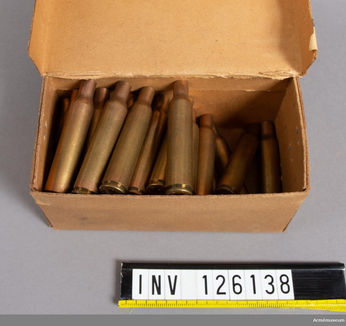 Hylstypen använd i svenska försök med torpedkula. Hylsor patron- 6,5x61 Mauser, civil c1930 i ask.