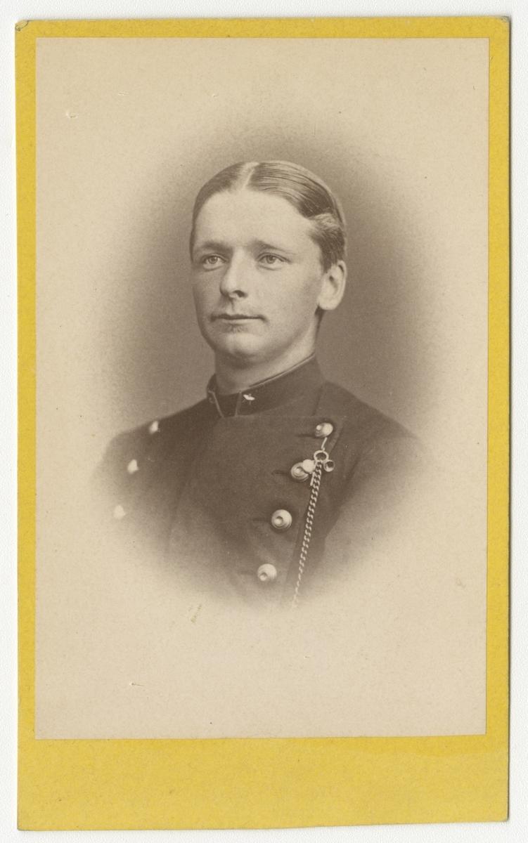 Porträtt av Gustaf Salomon Knut Sjöbohm, officer vid Kronobergs regemente I 11.  Se även bild AMA.0008461 och AMA.0008463.