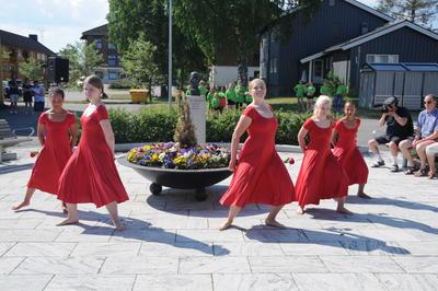 Elever fra Kulturskolen i Åmot danser under åpningen av Sandbeckdagene