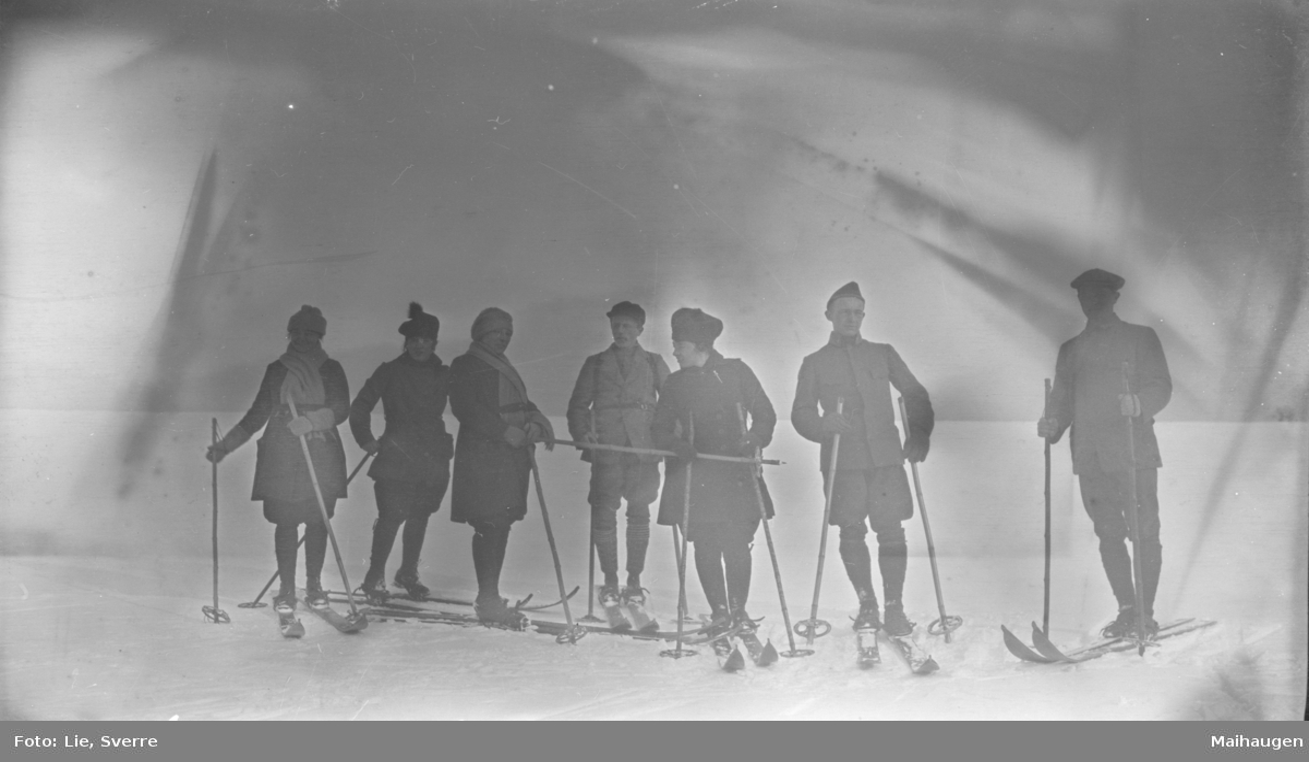 .Ungdommer på skitur.