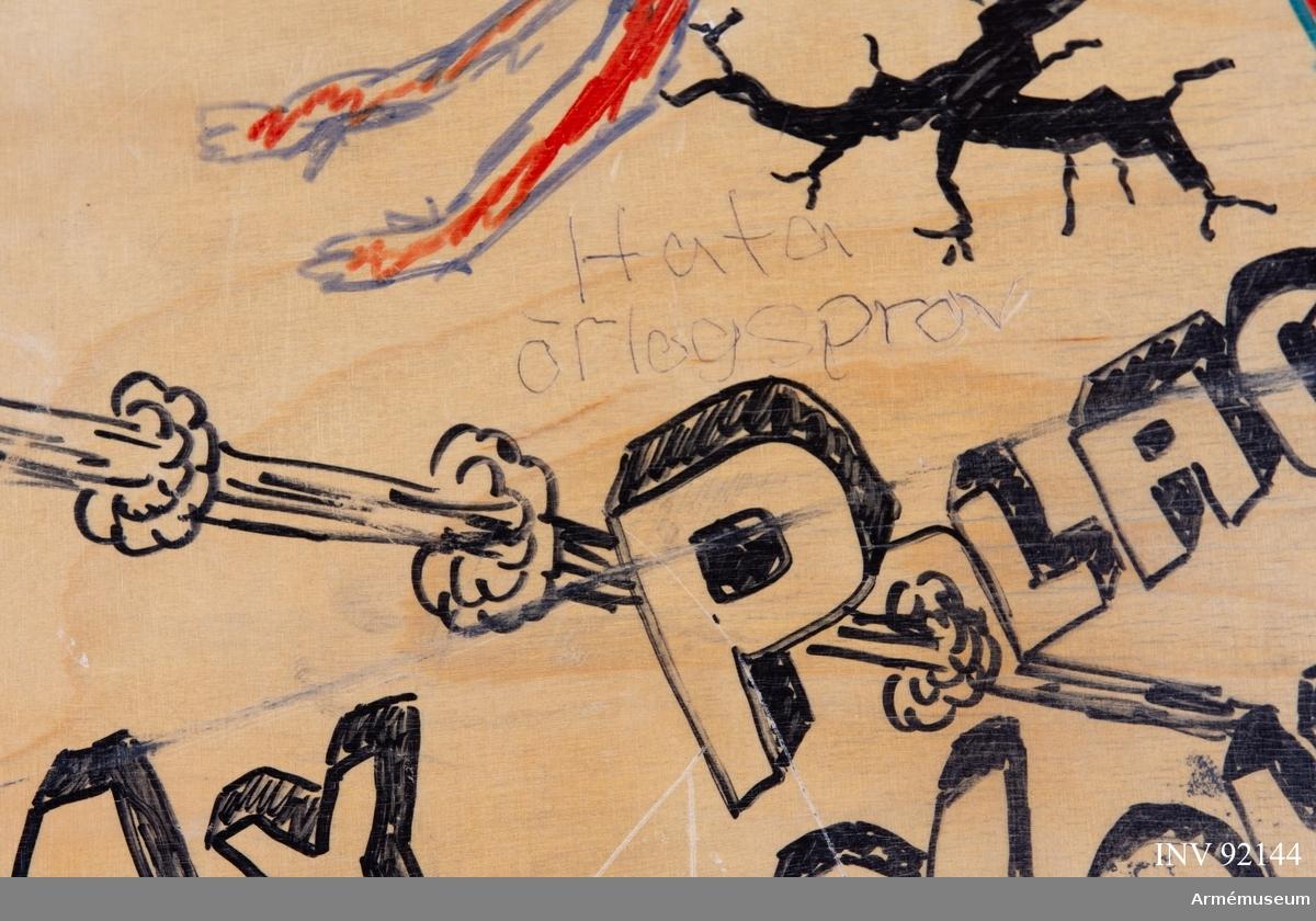 Sängbotten i trä avsedd för våningssäng i metall. Nedklottrad med text och bilder av mestadels sexistisk karaktär. Flertalet kommentarer berör muck och skilda idrottslag.
