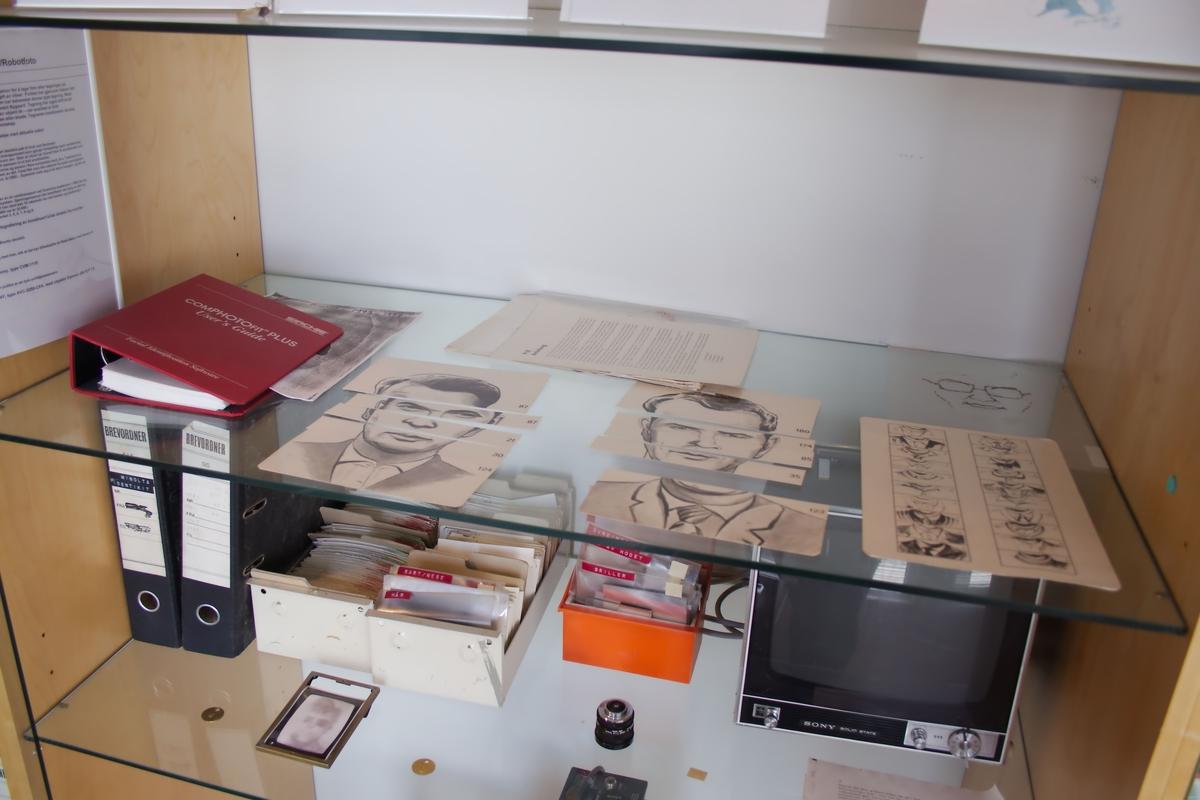 Pappboks med 200 tegnede portretter av menn. Hvert portrett er delt i fem deler, så portrettene kan settes sammen og varieres i det uendelige.
