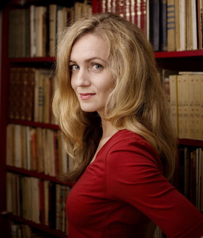 """Inger Merete Hobbelstad er profilert kommentator i Dagbladet. Hun har skrevet boken """"Å leve med Shakespeare"""", en 600 siders essaysamling som viser hvordan Shakespeare fremdeles har noe å fortelle oss. Hun vil presentere Shakespeares forfatterskap i dialog med musikken."""