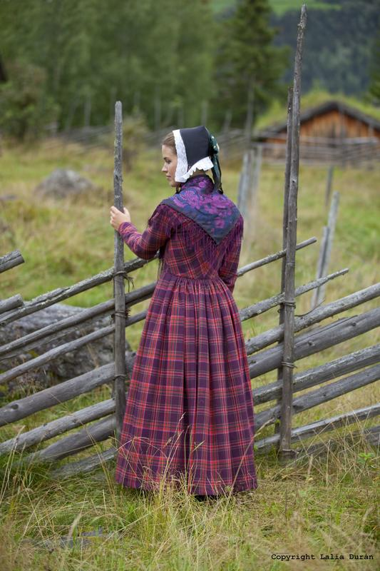 Kvinnebunad frå Hadeland. Foto Laila Durán
