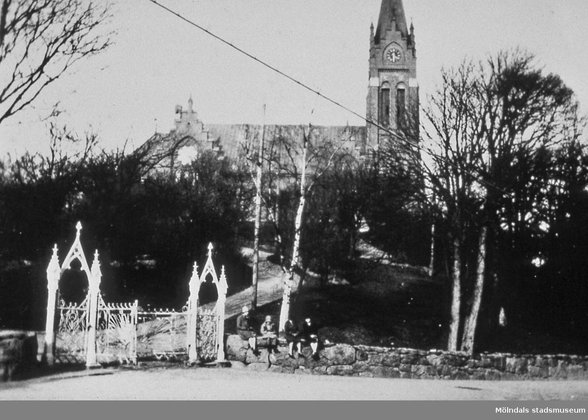 Fässbergs kyrka i Mölndal, år 1928. Då diakonissan, syster Ebba, kom till Mölndal 1928 fanns dessa grindar. När togs de bort? AF 8:33.