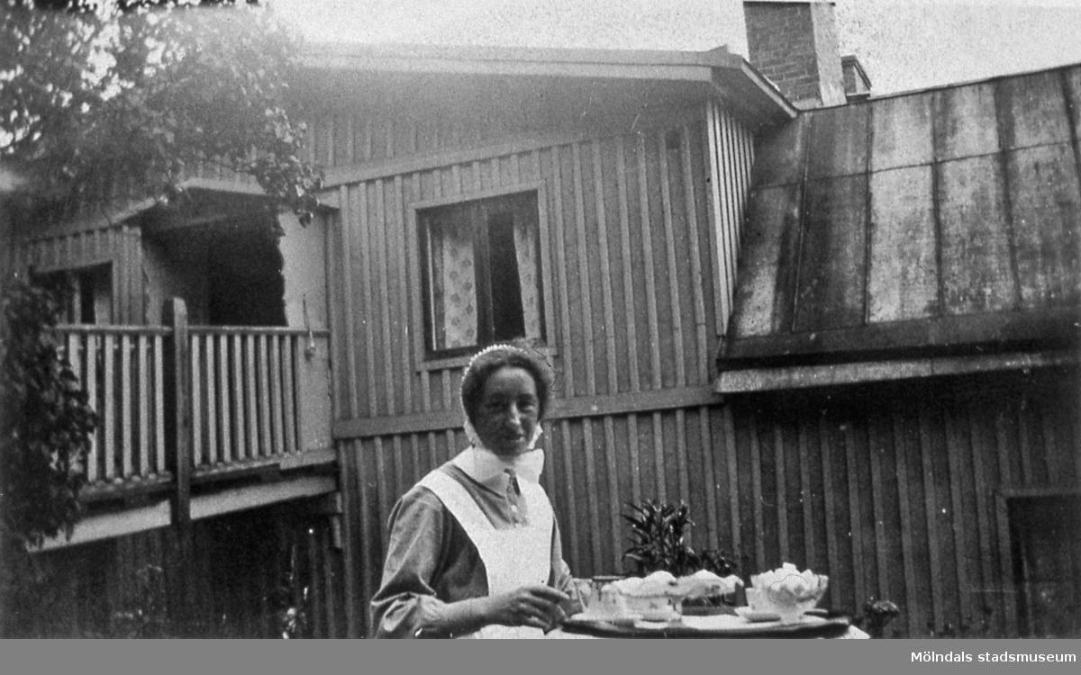 Trädgården i Mölndal, den 6 juli 1935. Diakonissan, syster Ebba, utanför Norénska stiftelsen, där hon bodde. Ebba blev över 100 år gammal. AF 8:35.