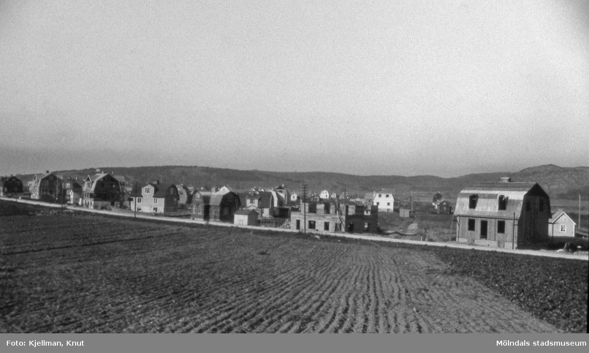 Kåkbebyggelsen på Solängen i Mölndal före år 1920. Hitom husen ses Frölundagatan. AF 9:19.