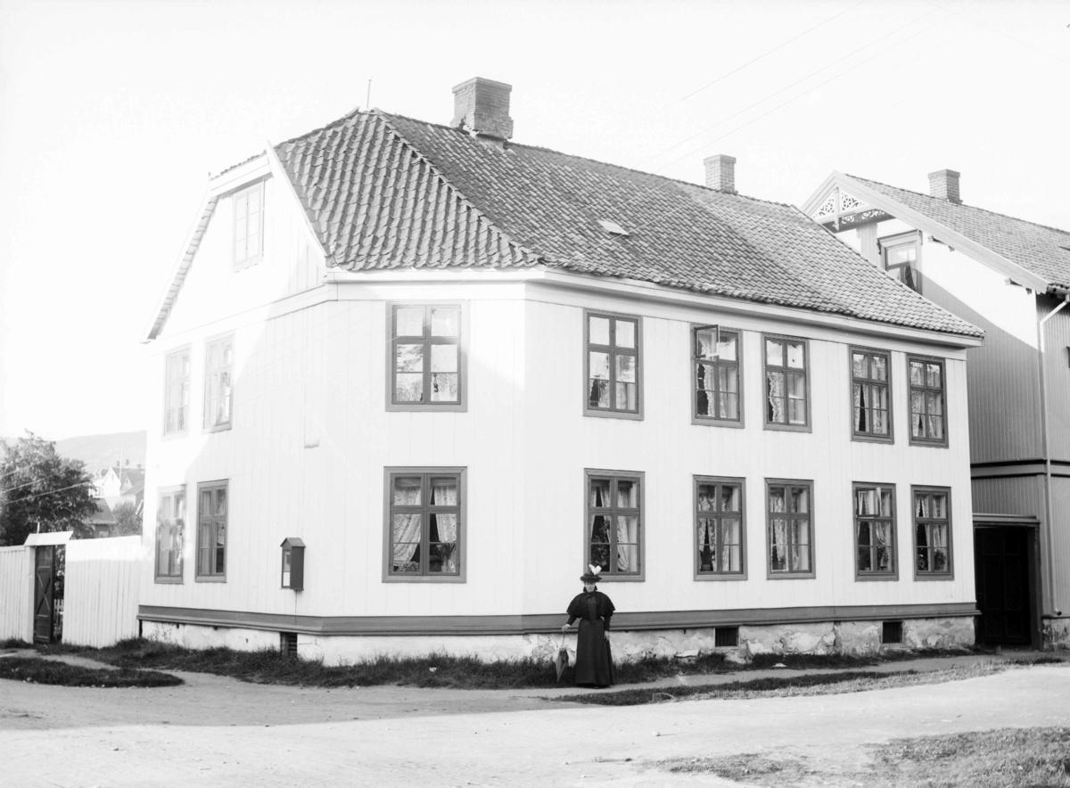 Fru Ødegaards hus Kirkegata 31 på hjørnet Kirkegata - Langes gate. Frk. Marit Tandes (?) ovenfor.