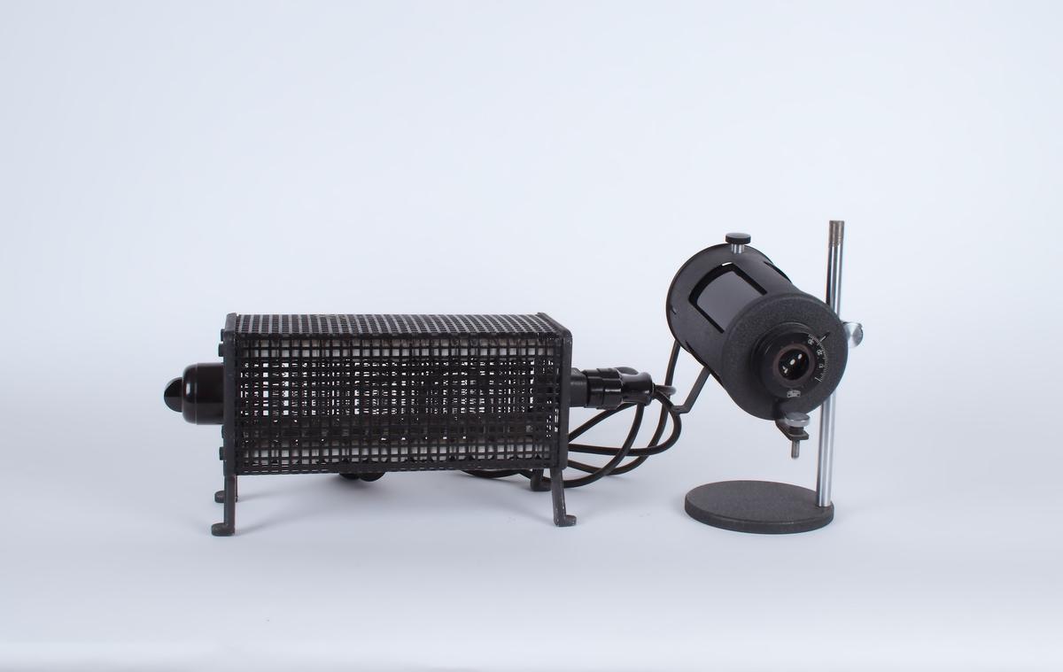 Lampe på stativ sammenkoblet med varmekilde.