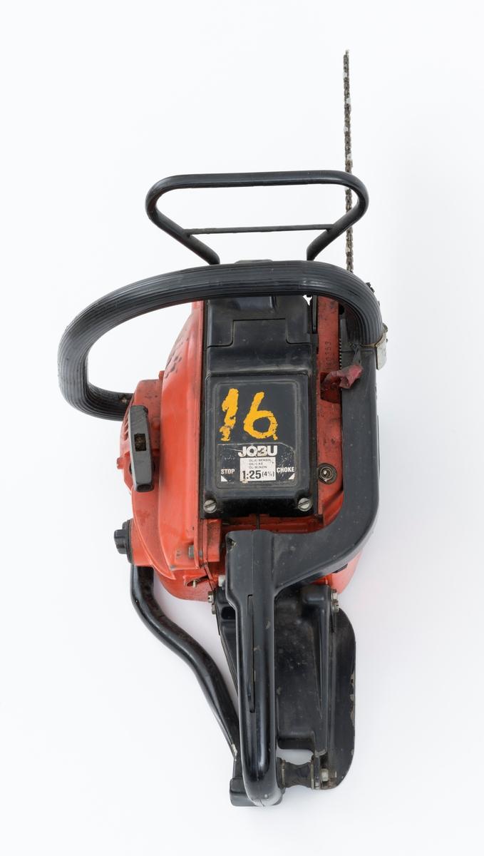 Motorsag av typen Jo-Bu LP6BV med påmontert sverd og sagkjede.  Sverddeksel og deksler over sylinder og forgasser / luftfilter er utført i svart plast.    Foran den fremre håndtaksbøylen er det påmontert en vernebøyle/ venstrehåndsbeskytter med kjedebrems. På det bakre håndtaket er det  påmontert høyrehåndsvern. En annen sikkerhetsanordning er gasshendelsperren i det bakre håndtaket.  Saga er videre utstyrt med avvbrierte håndtak, gummidemping mellom håndaktene og sagkroppen, for å redusere vibrasjonene fra motorsagmotoren.  Gummiavvvibreringen på den fremre håndtaksbøylen er slitt og oppsprukket. Avvvibreringen i det bakre håndtaket har også sprekkdannelser.   LP6BV har elektrisk varme i både fremre og bakre håndtak, vippebryter for av- og påkobling gjennfinnes på høyre side av dekselet over luftfilter.  Olje- og drivstoffpåfyllingen gjenfinnes ved siden av starthuset. Stoppebryter / kortslutningskontakt er montert på sagkroppen, venstre side av det bakre håndtaket. Startgass-sperren gjenfinnes på venstre side av det bakre håndtaket. Chokeknappen er plassert på høyre side av sagkroppen, like ved det bakre håndtaket.   Fra Jobus håndbok og andre kilder er følgende tekniske data gjengitt: Totaktsmotor på 48 kubikkcentimeter, 3,0 hestekrefter, vekt: 6,25 kilo med 32 centimeters skjæreutstyr, kjedehastighet 16-19 meter per sekund.