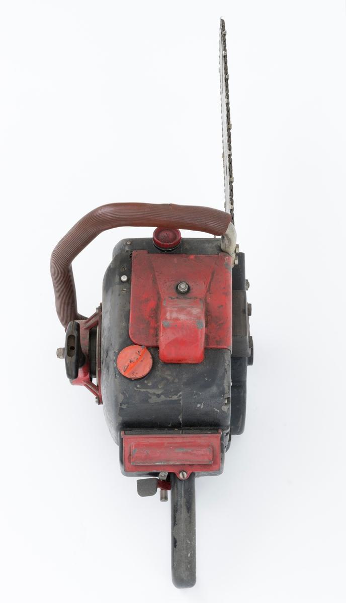 Motorsag av typen Jo-Bu Tiger D 94 med påmontert sverd, sagkjede (skovltannkjede) og barkstøtte. For registrator virker saga komplett. Den fremre håndtaksbøylen er polstret med brun gummi. Nederst på denne bøylen er det påmontert 4 hjul / ruller, sannsynligvis for å underlette når man bruker saga til kvisting. (Hvilket materiale de 4 hjulene / rullene er laget av, er for registrator usikkert.) På toppen av sagkroppen, rett bak fremre håndtaksbøyle, gjenfinnes en kortslutningsbryter i blankt metall.   Jo-Bu Tiger var den første direktedrevene saga fra Jo-Bu-fabrikken. Det vi si at kjedet settes i gang når motorens turtall overstiger et gitt antall omdreininger per minutt (2600). Når turtallet er under 2600 omdreininger står kjedet stille. (På tidligere Jo-Bu-modeller koblet man kjedet til og fra med en egen hendel.) Tiger var også den første Jo-Bu- modellen  med membranforgasser.  Dermed kunne den enkelt brukes til felling, kapping og kvisting uten at motoren stanset. (Flottørforgasseren som var vanlig på de tidligere modellene måtte stå i loddrett stilling for å fungere.) Membranforgasseren kunne snus i ulike posisjoner.   For mer informasjon om beskrivelse av sagtypen Jobu Tiger se teksten under fanen opplysninger (teksten er kopiert fra SJF.10646).