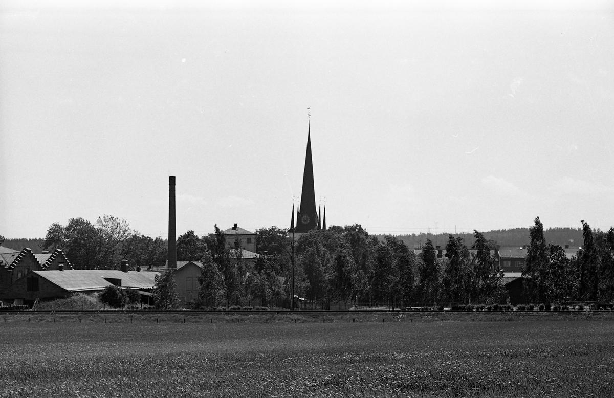 Arboga Margarinfabrik, till vänster och tornet på Heliga Trefaldighetskyrkan, i mitten.