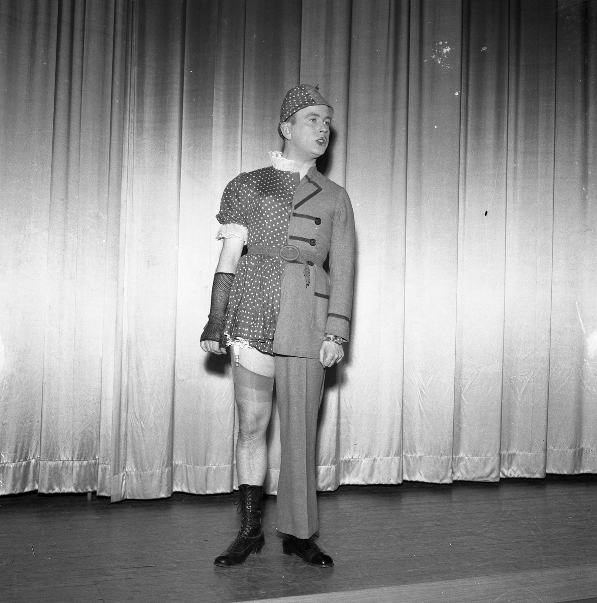 """En av de tre """"Runarna"""" i en sketch. Han bär en uniform delad på längden. Den andra klädhalvan är en klänning."""