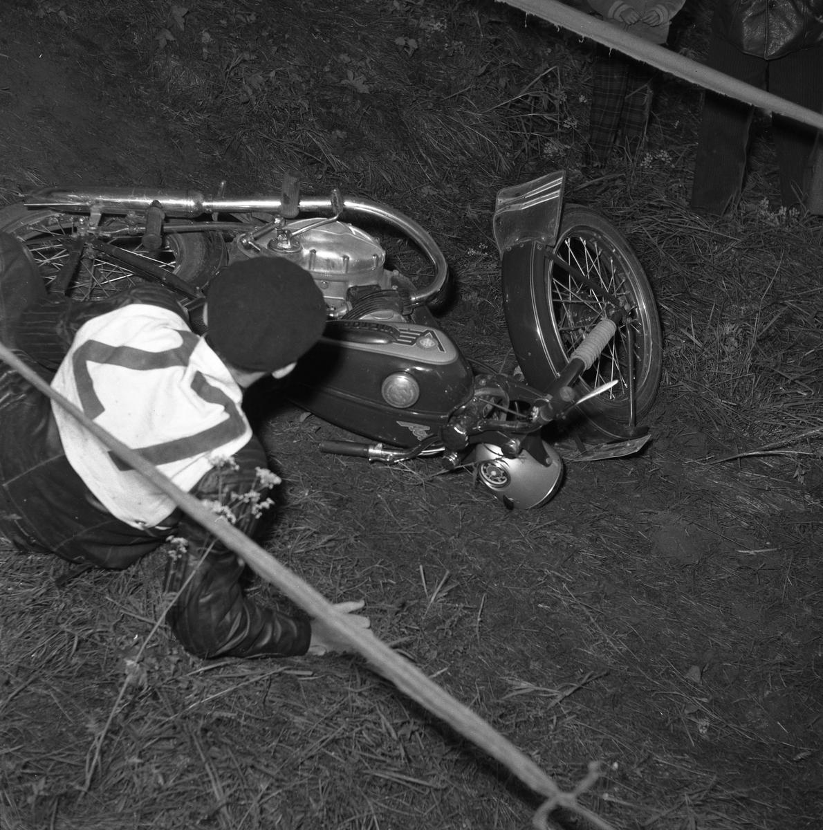 Arbogas Stjärnknutte Tävling i terrängkörning med motorcykel. En man har kört omkull.