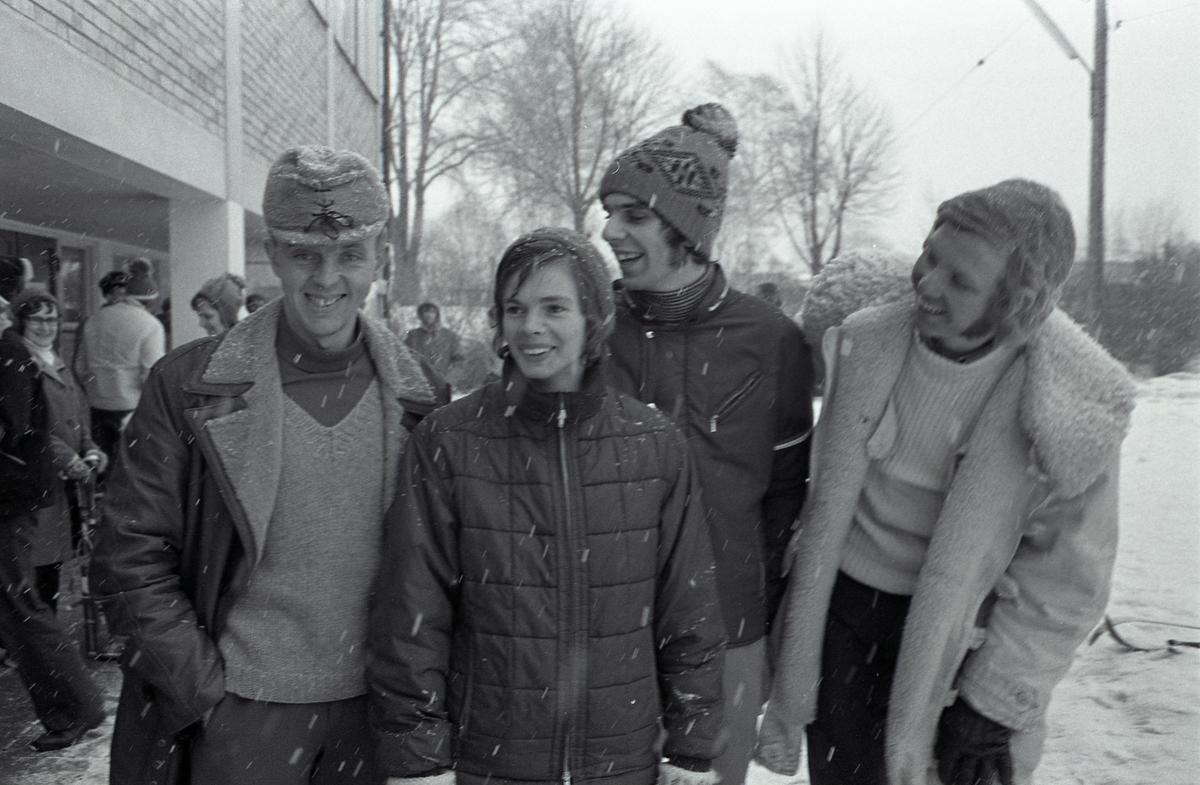 Distriktsmästerskap i skidorientering. Fyra ungdomar i ytterkläder. Det snöar. Killen längst till höger är Ove Thörn. DM