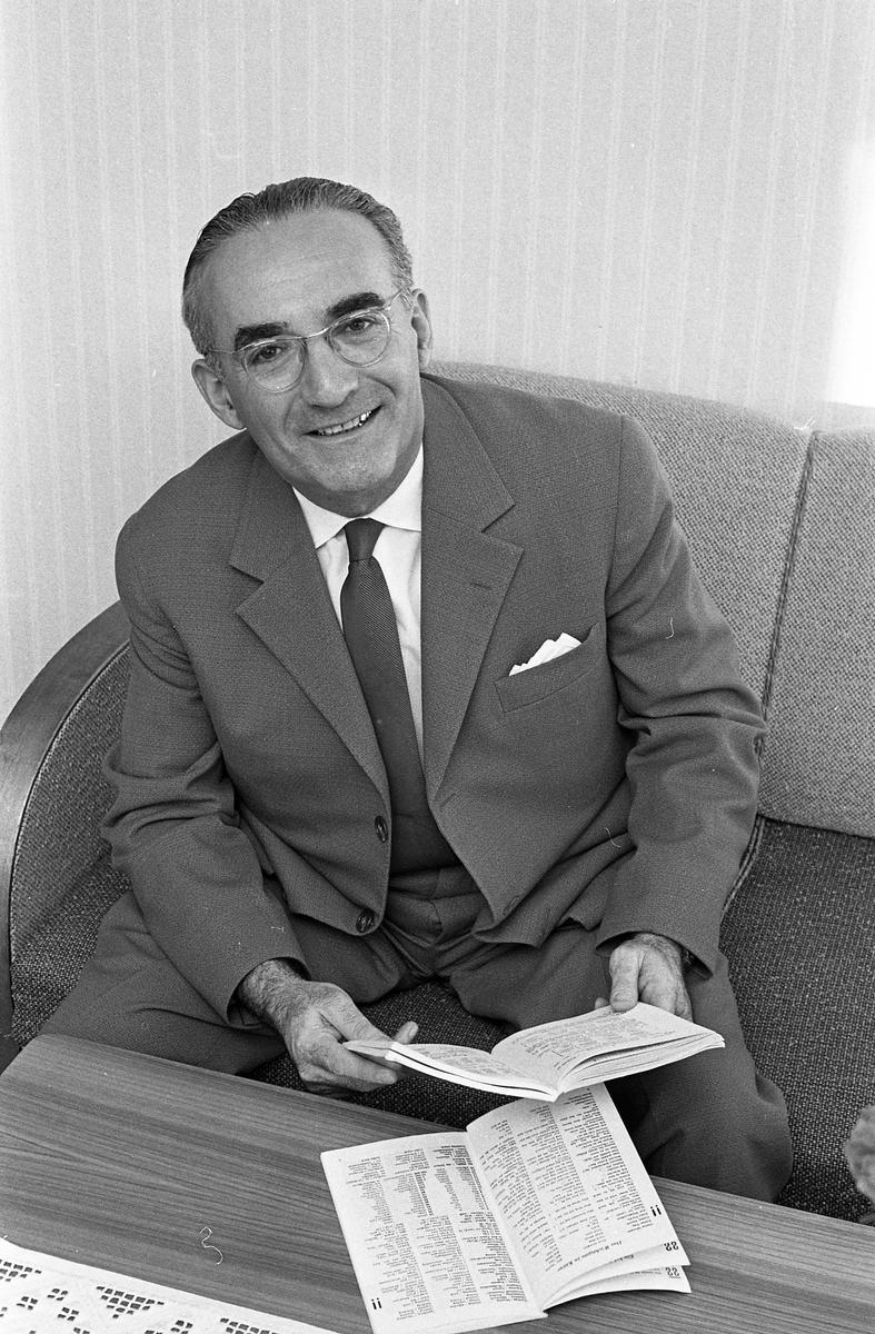 Doktor Livian Porträtt av man i kostym och slips.