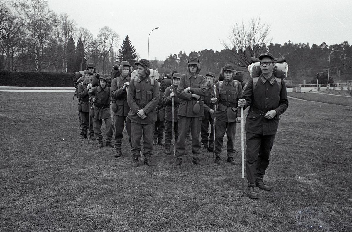Gunnar Neuman leder FBU-gruppen. Grabbarna har uniformer, ryggsäck och vandringsstav.