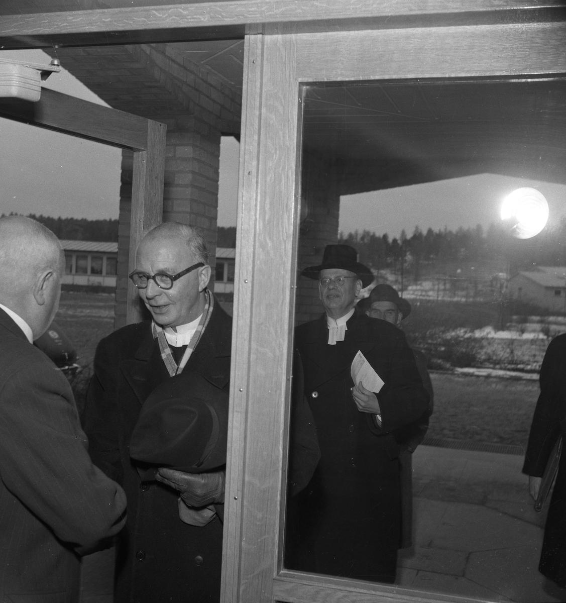 Biskop John Cullberg är på besök på den nyöppnade Gäddgårdsskolan. Efter honom kommer prosten Olof Björsell. Rektor, Georg Rudhner hälsar välkommen.