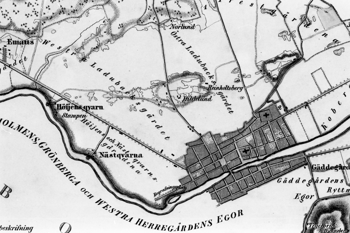 Avfotograferad karta över Arboga och områdena runt omkring; Västra Ladubacksgärdet, Östra Ladubacksgärdet, Emaus, Höjens kvarn, Nästkvarn, Gäddgården. Begravningsplatsen intill Arbågaån finns med samt Heliga Trefaldighetskyrkan och Sankt Nikolai kyrka. Den enda bro som finns är Kapellbron.