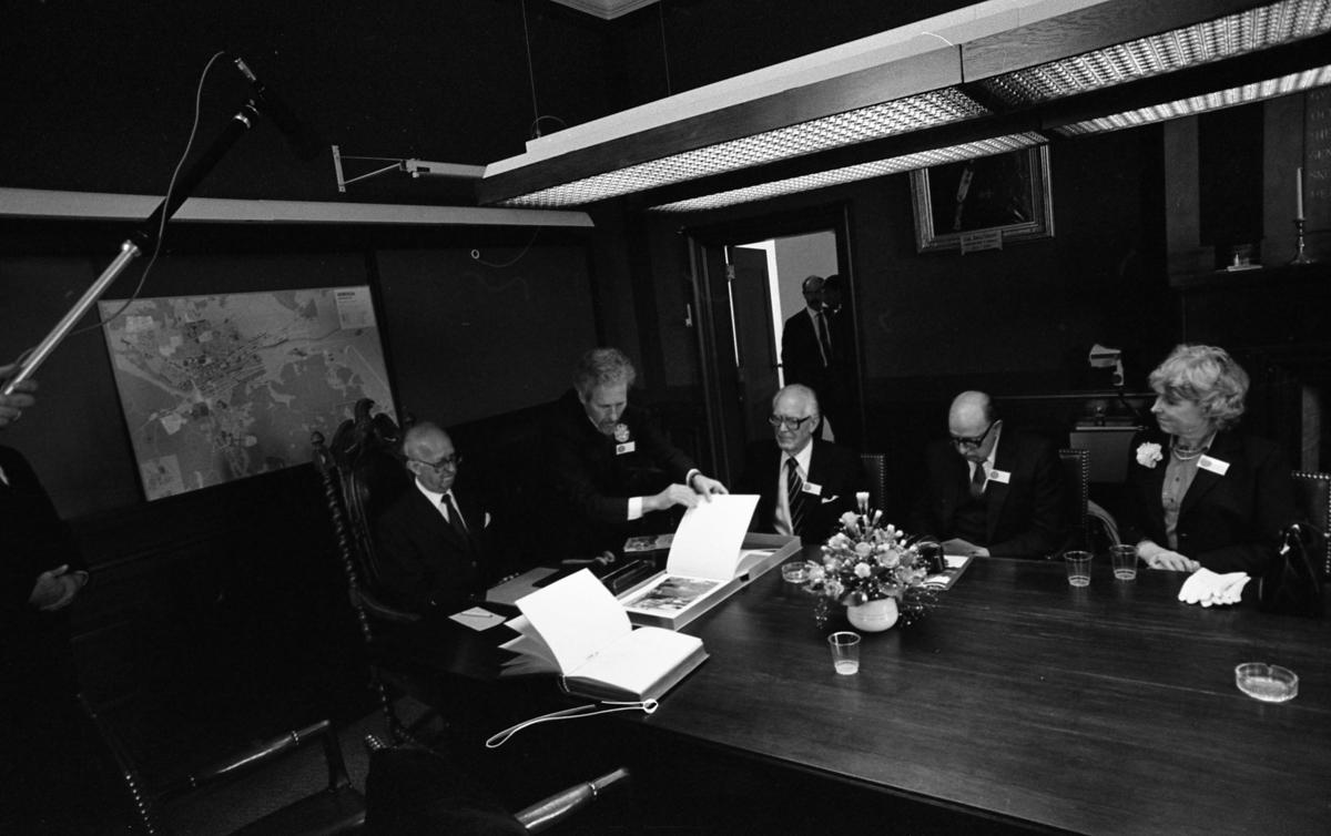 Möte i Rådhuset under firandet av Sveriges första riksdag 550 år. Runt bordet, från vänster: i den snidade karmstolen sitter Ingemund Bengtsson (riksdagens talman, socialdemokrat), Per-Olov Nilsson (Arbogas kommunalråd), Anders Dahlgren (bytte detta år från 2:e till 3:e vice talman, centerpartist), Karl-Erik Eriksson (bytte detta år från 3:e till 2:a vice talman, folkpartist) och Ingegerd Troedsson (1:e vice talman, moderat) På bordet står en blomsteruppsättning. På väggen hänger en karta.