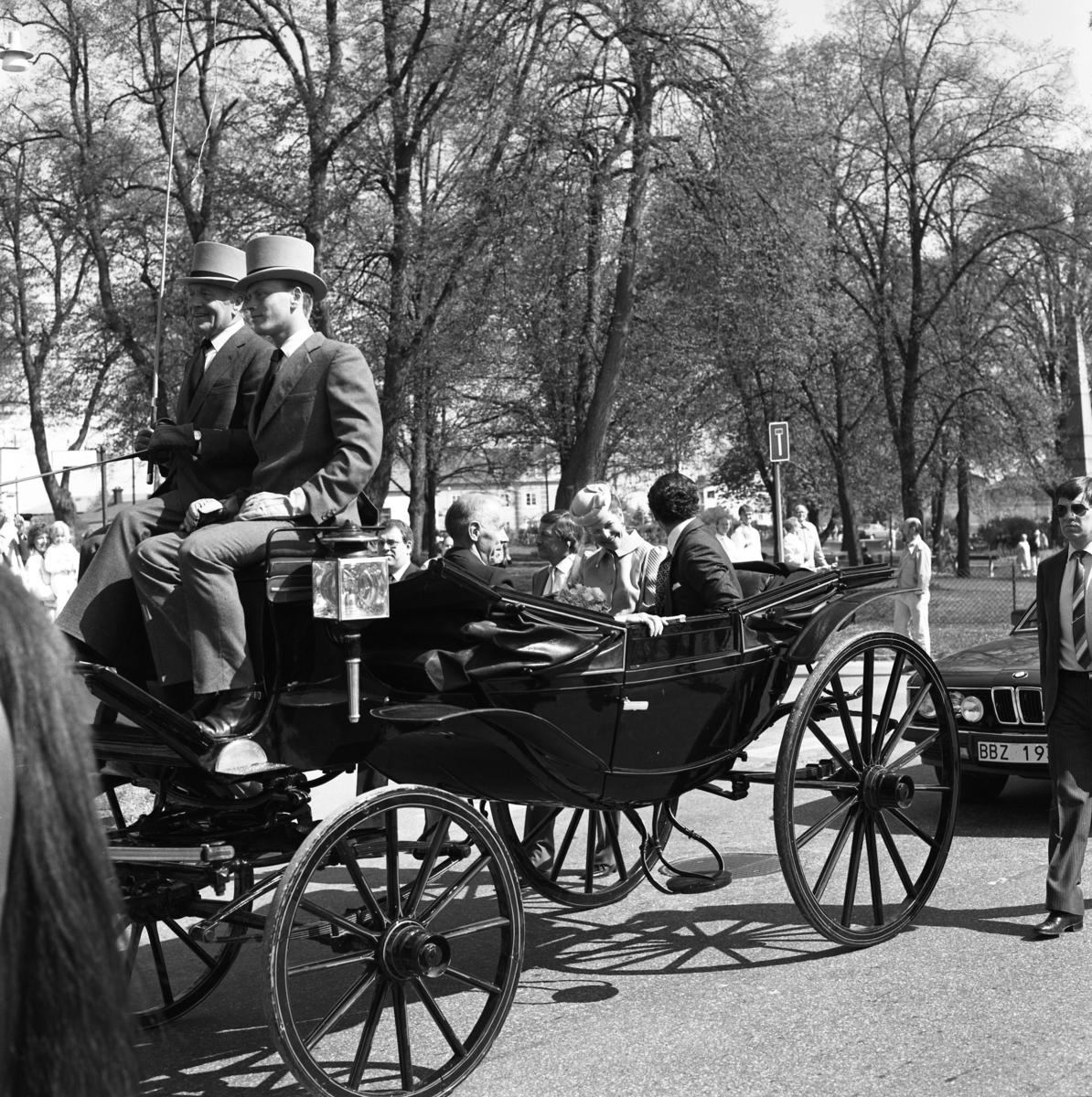 Kungaparet åker häst och vagn tillsammans med Bertil Karlsson. De har just passerat Stureparken (obelisken syns till höger) Två herrar, i höga hattar, sitter på kuskbocken. Av hästen ses endast svansen.