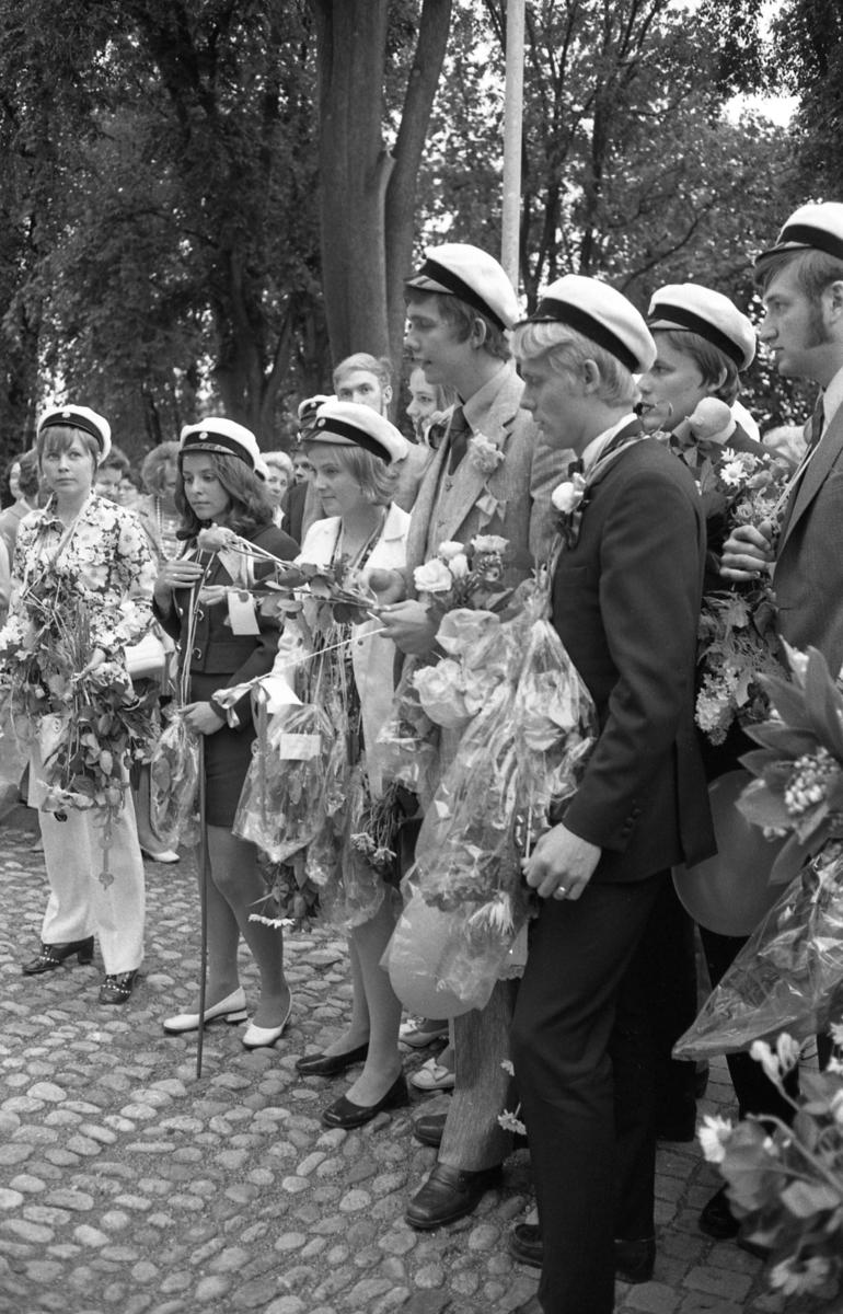 Studentdag! I främre ledet står Gunilla Liljehult, Susanne Levert, Kicki Holm, Anders Hellström och Gunnar Franzén. Bertil Pell skymtar bakom Gunnar.