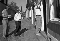 Bertil Levin och Yngvar Gunnarsson ställer iordning en diver