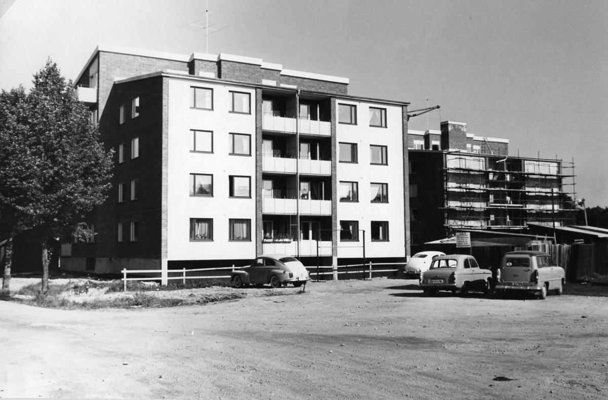 Vilstaområdet får hyreshus. Byggnation av flerfamiljshus. Bilar på parkeringen.