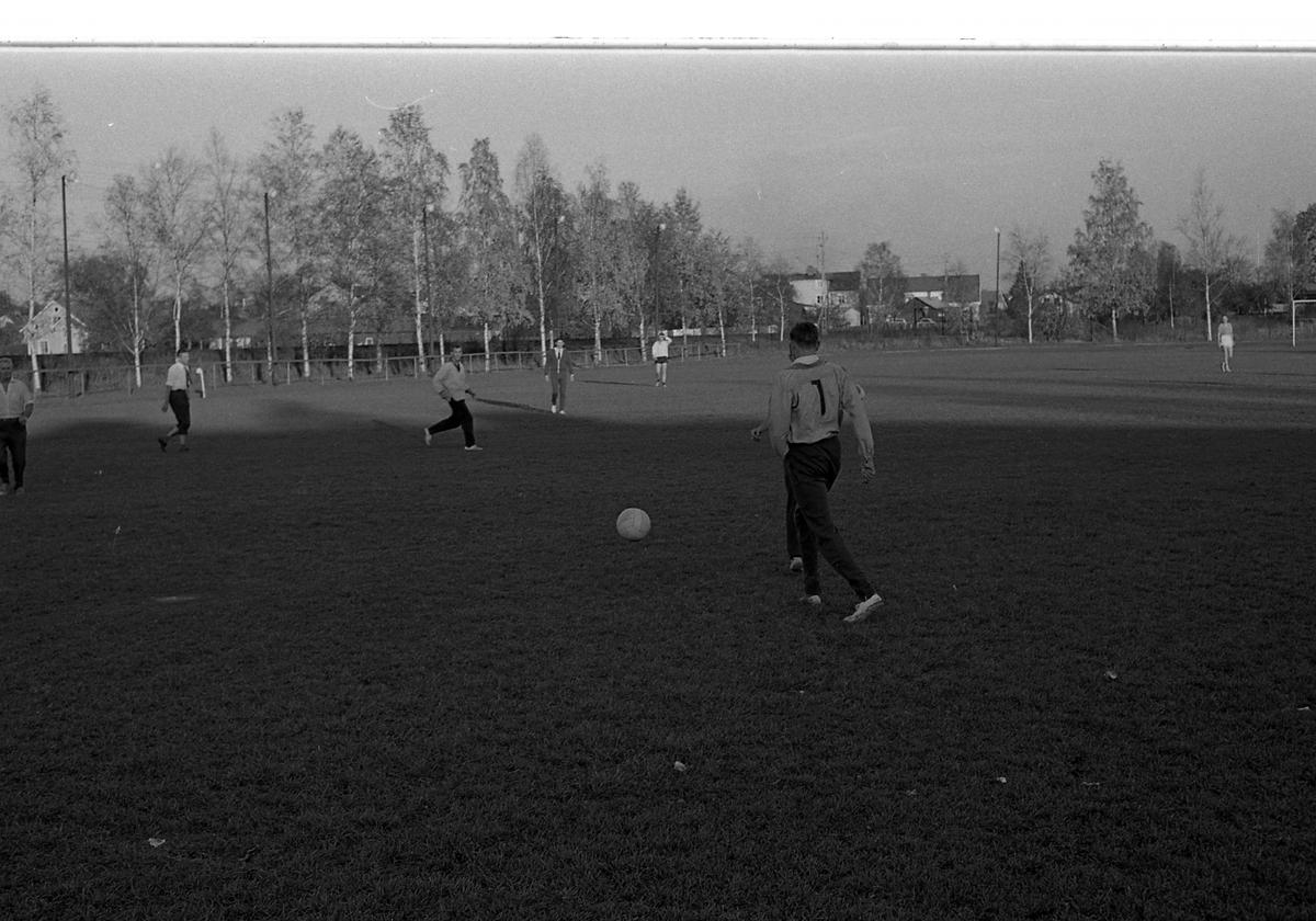 Fotbollsmatch på Sturevallen. Tekniska skolans lärare mot eleverna.