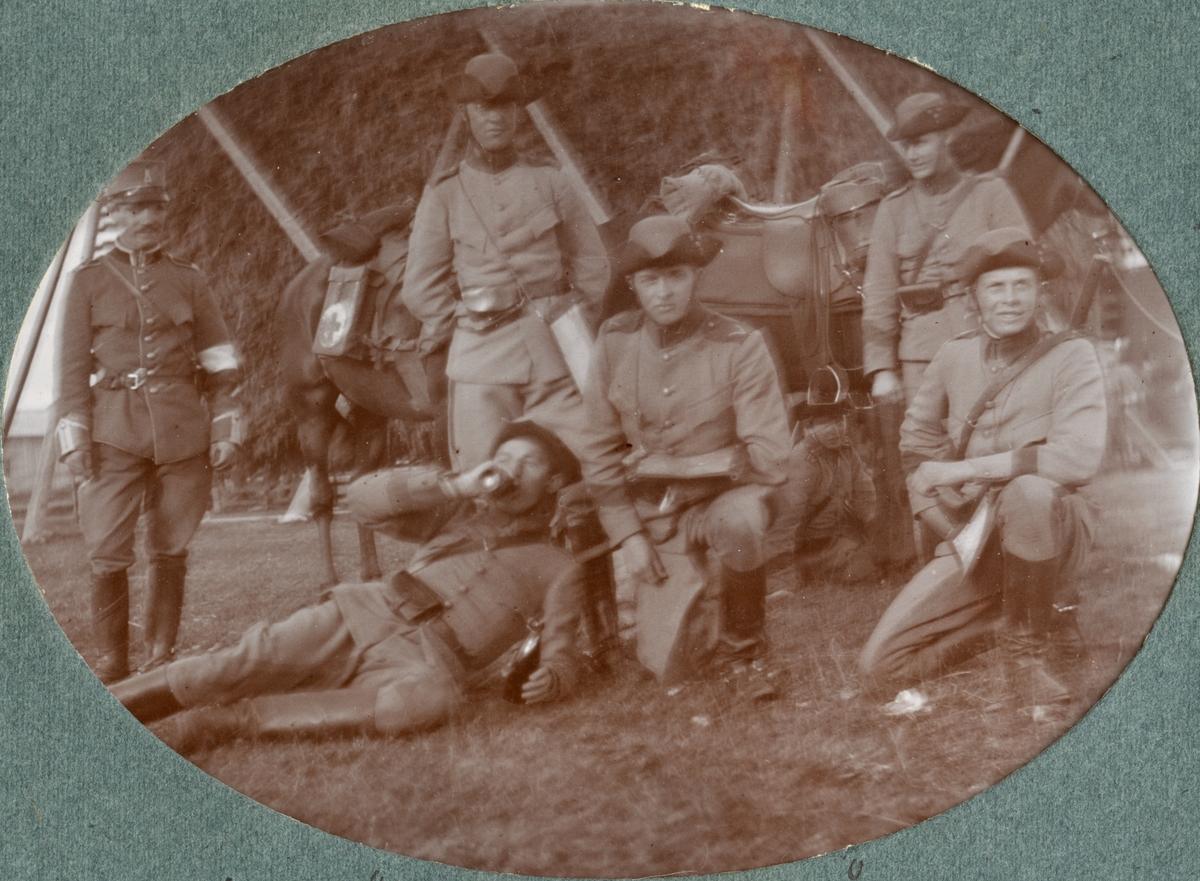 Gruppbild med soldater från Kronprinsens husarregemente.