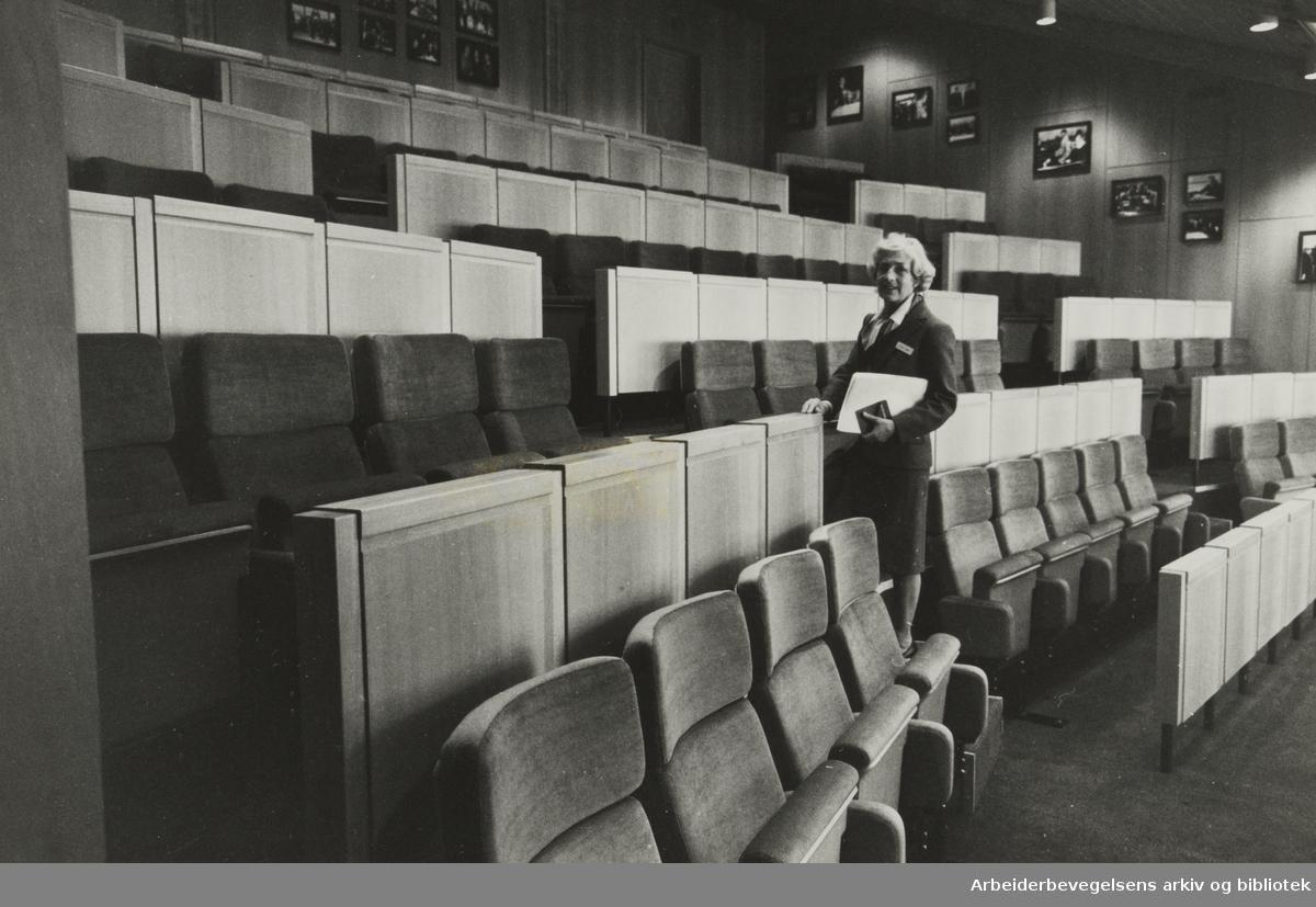 """Holmenkollen Park hotell. Møterommene og auditoriene har fått navn etter kjente norske kvinner og menn. Her fra """"Trygve Lie"""". Vertinne Elina Sundt. Januar 1982"""