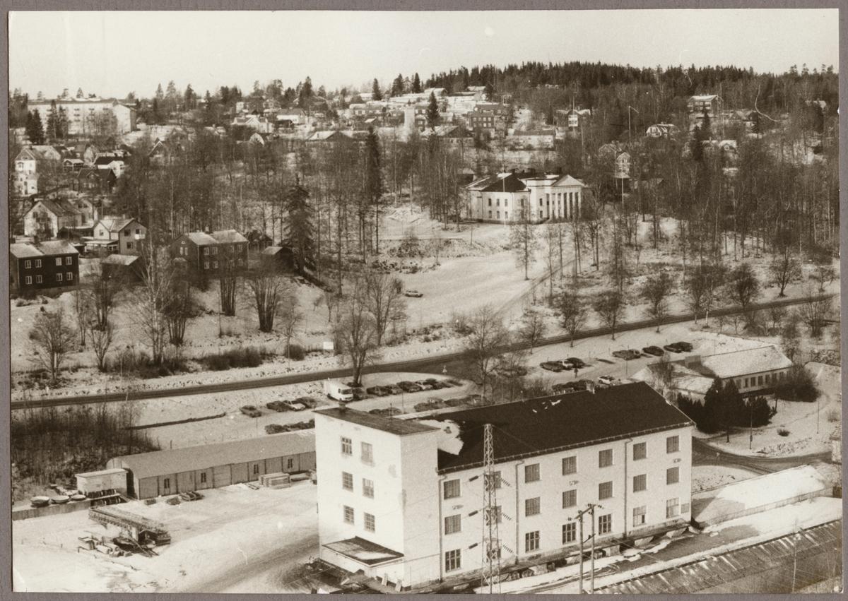 Vy över gruvsamhället Grängesberg. Konsert- och kulturhuset Cassels donation i mitten av bilden. Bilden är tagen från Centralschaktets tak 1990.