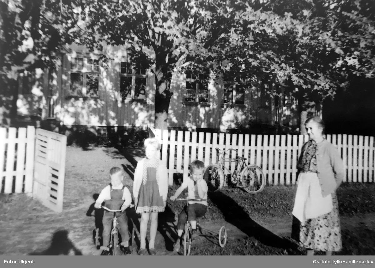 Olga Haugteien, voksen dame, med barnebarn på gården Lunder 28/1 i Askim. Tekst på bilde: 14. april i dag torsdag,