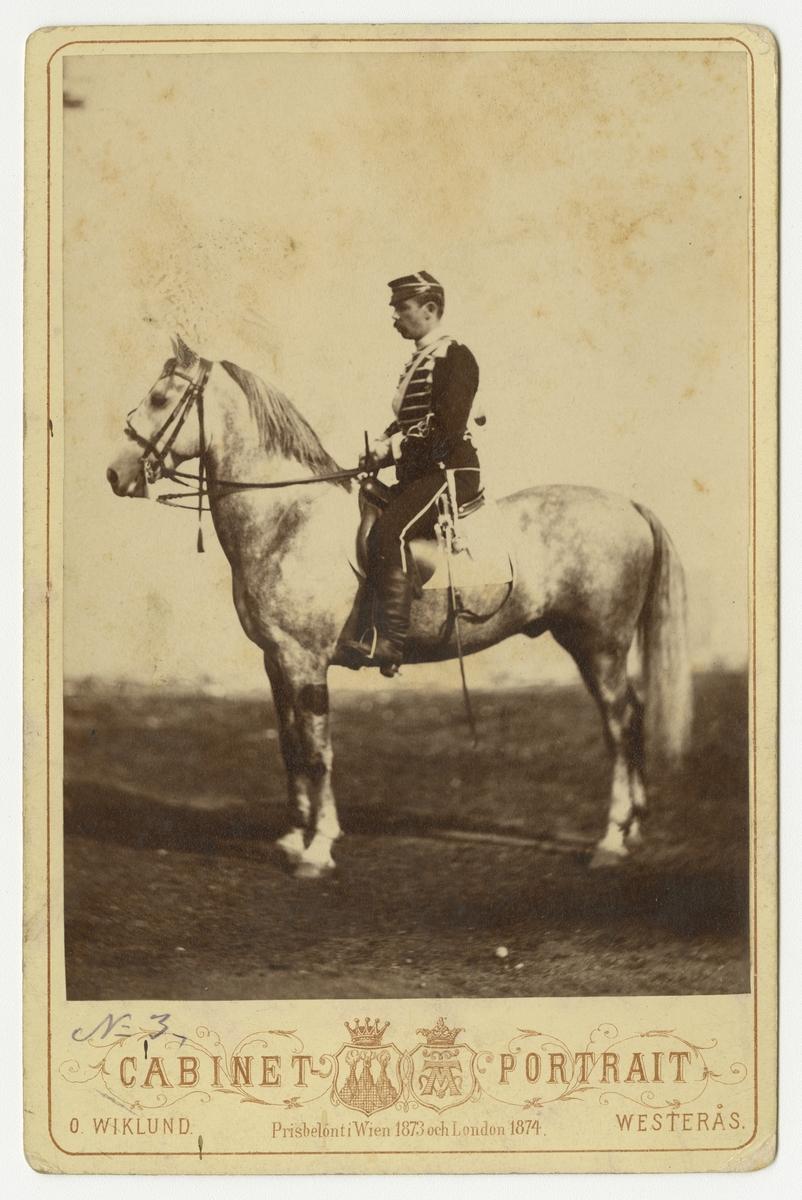 Gustaf Wathier Hamilon, underlöjtnant vid Livregementets husarkår på hästen Bagatell.  Se även bild AMA.0002052, AMA.0002060 och AMA.0007500