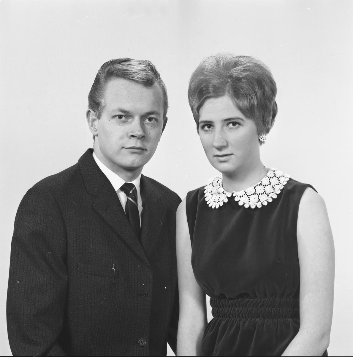 Portrett. Ung mann og ung kvinne. Bestilt av Reidar Brandsøy. Stuertskolen (Haugaleite 8).