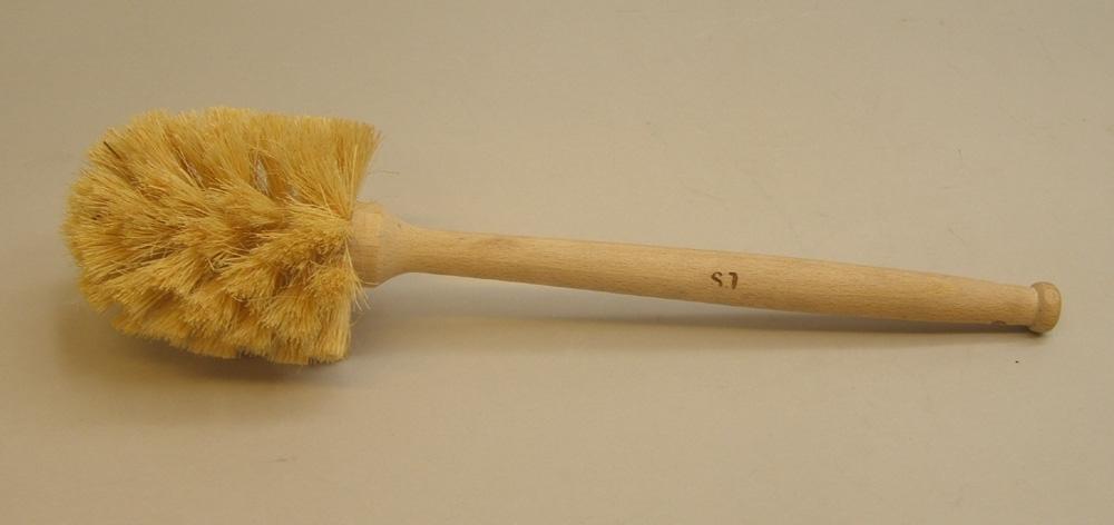 """Toalettborste, märkt med SJ, användes vid alla instanser vid SJ.  Borsten är stämplad SJ, vilket gjordes på det mesta av verktyg och material. Borsten är troligtvis tillverkad av """" De blindas förening"""" från vilka  SJ köpte borstar ifrån under lång tid."""