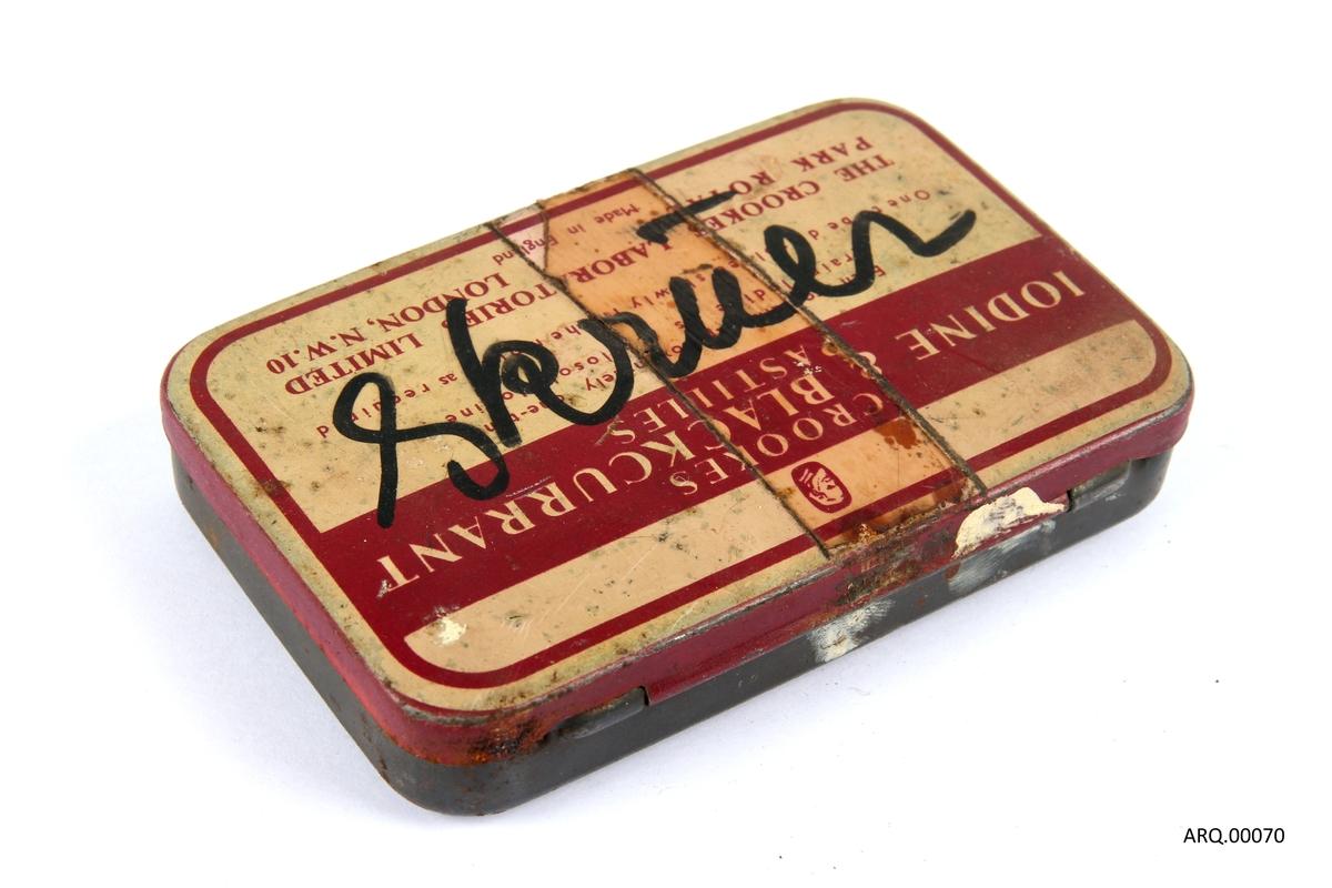 Blikkboks som opprinnelig har inneholdt pastiller. Har etter det blitt brukt til å oppbevare skruer.