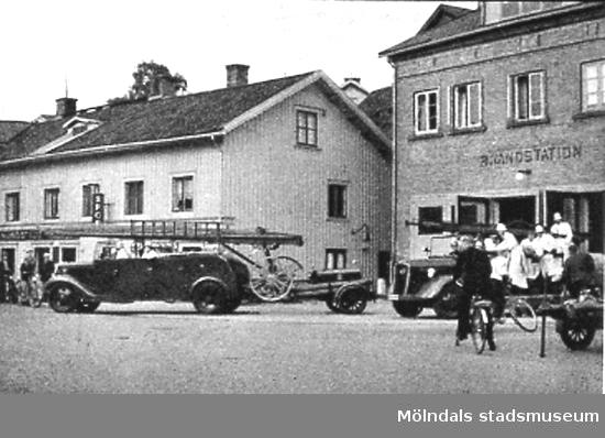 """Brandkåren (Viktualieföreningens affär) vid Kvarnbygatan (idag: Gamla torget 41), 1930-tal. Avfotograferad ur """"Mölndal 1922 - 1947""""."""